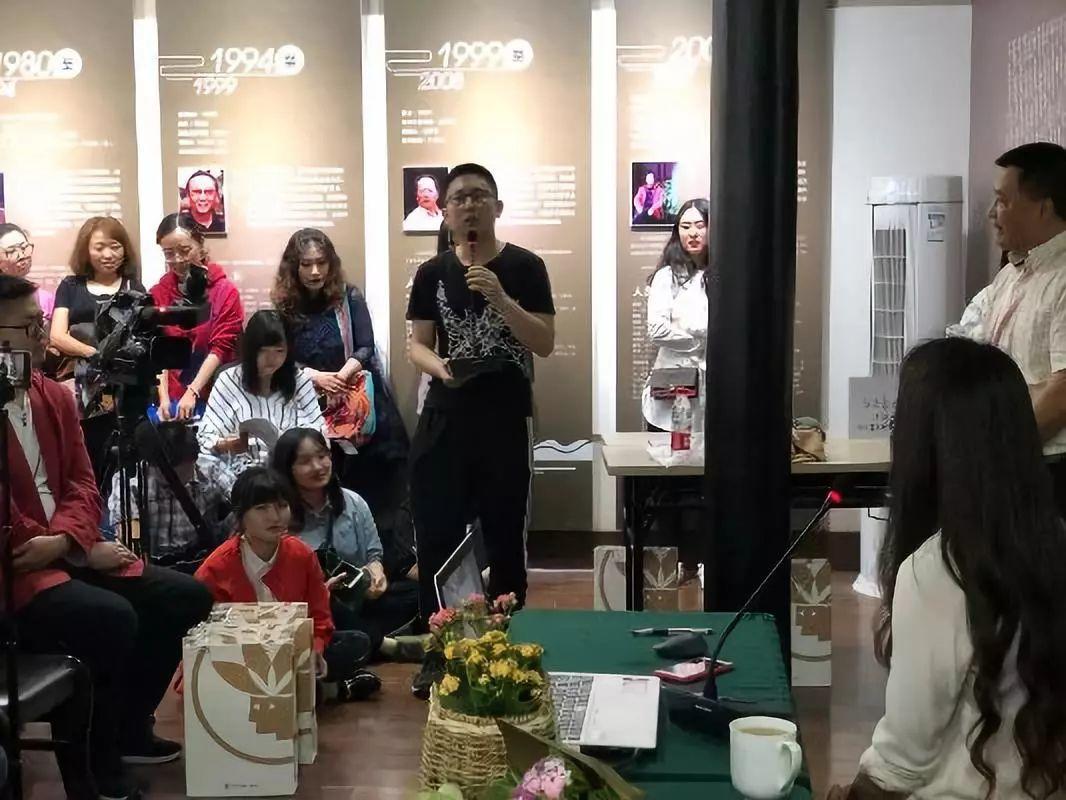 罗寒蕾的绘画艺术成都专题讲座暨《绘·呼吸》新书发布会在成都市美术馆举行