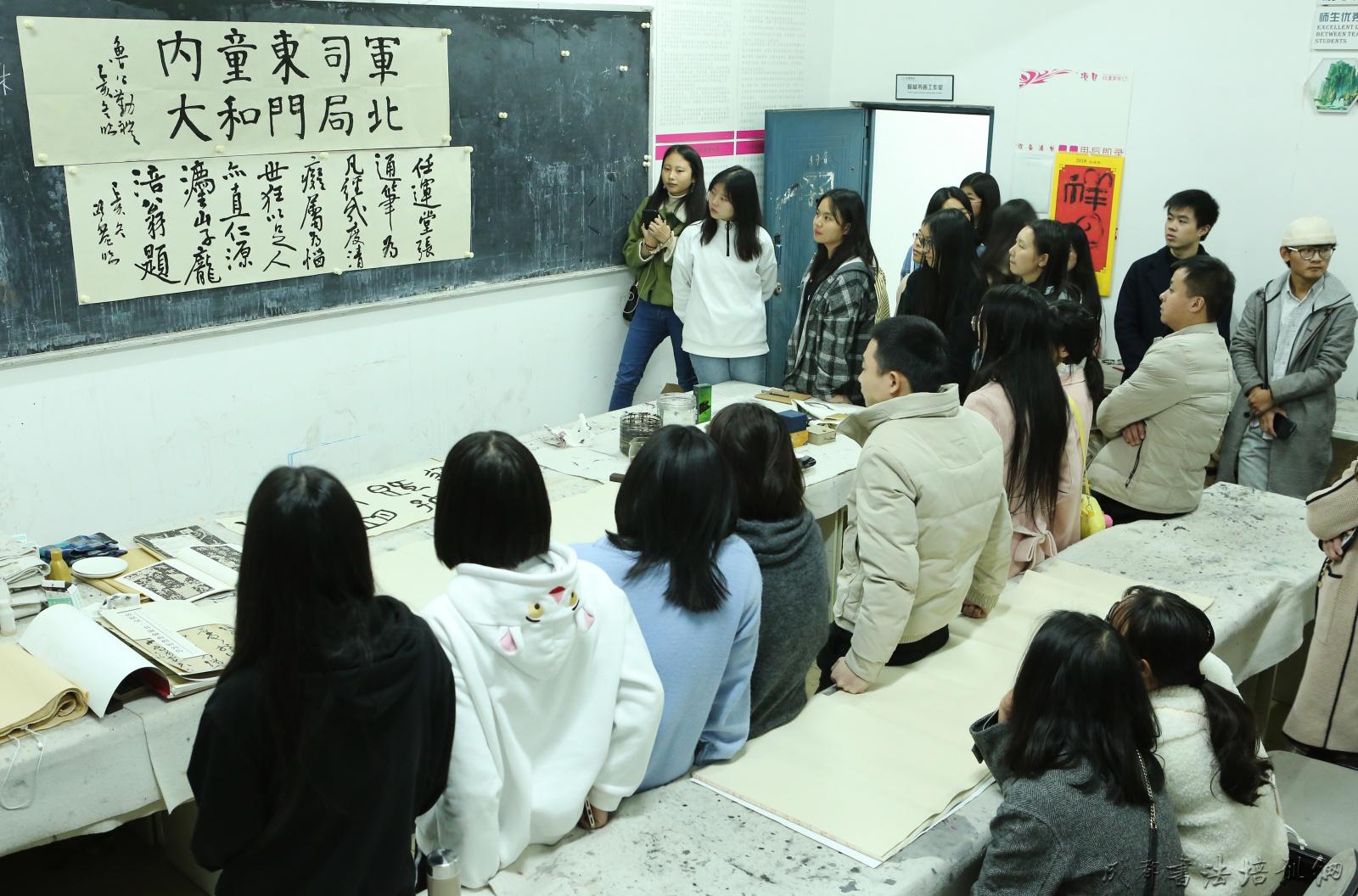 蒲江书画家协会主席曹路宽再次受邀至高校开展书画讲座交流 –